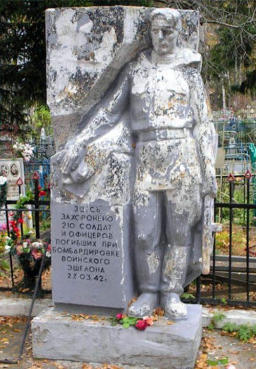 п. Спирово. Братская могила советских воинов на поселковом кладбище.