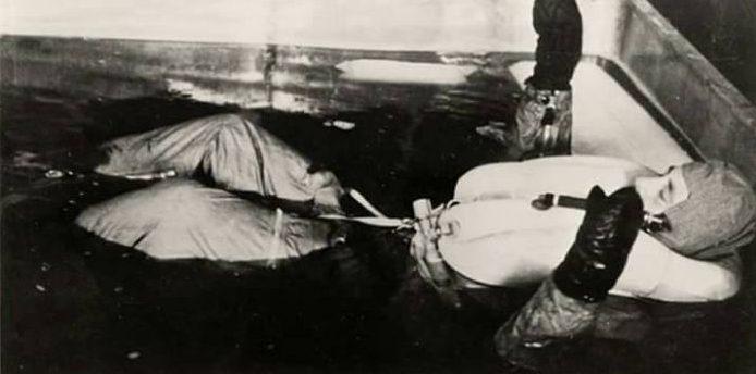 Эрнст Хольцлёнер (слева) и Зигмунд Рашер проводят эксперимент с погружением в холодную воду в концлагере Дахау. Узник одет в экспериментальную форму Люфтваффе.