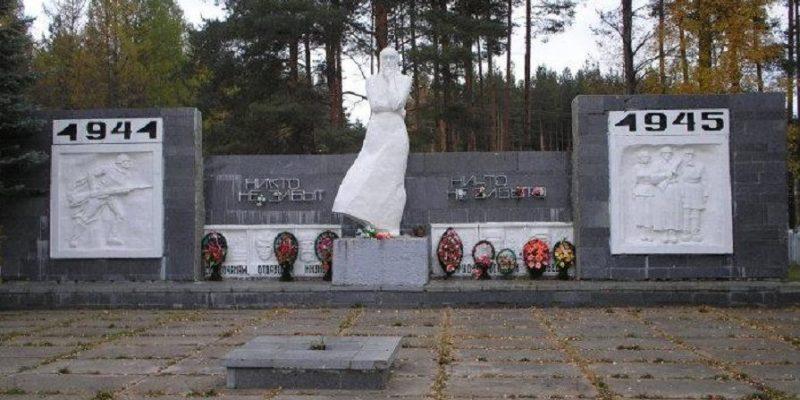 п. Спирово, урочище Боброво. Мемориал «Скорбящая мать», установленный у братских могил, в которых захоронено 210 советских воинов, в т.ч. 180 неизвестных.