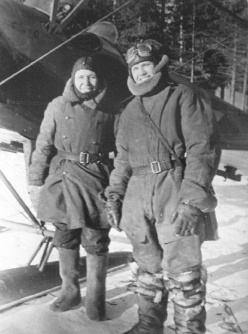 Летчики у своего самолета У-2 на аэродроме. 1941 г.