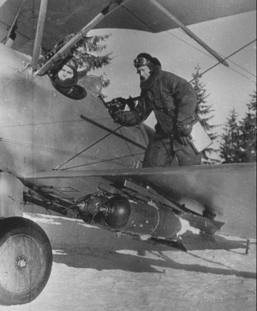Летчики готовятся к вылету на бомбардировщике У-2ЛНБ. 1941 г.