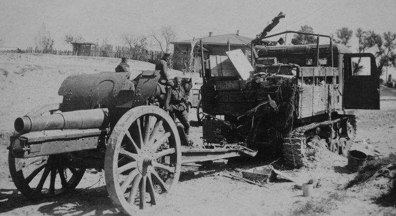 Советский тягач с 122-мм гаубицей образца 1909/37 гг. в районе Гомеля. Август 1941 г.