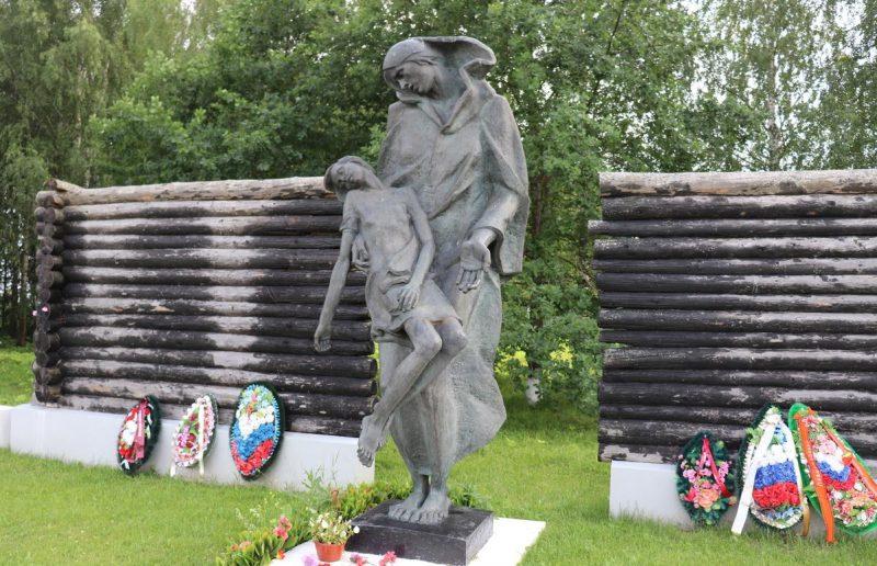 д. Звягино Ржевского р-на. Памятник, установленный в 1985 году 66 жителям деревни Афанасово, расстрелянных и сожженных оккупантами 5 и 6 февраля 1942 года.
