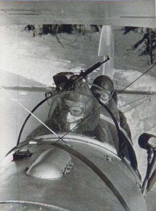 Советские летчики в кабине самолета У-2 перед вылетом на боевое задание.1941 г.