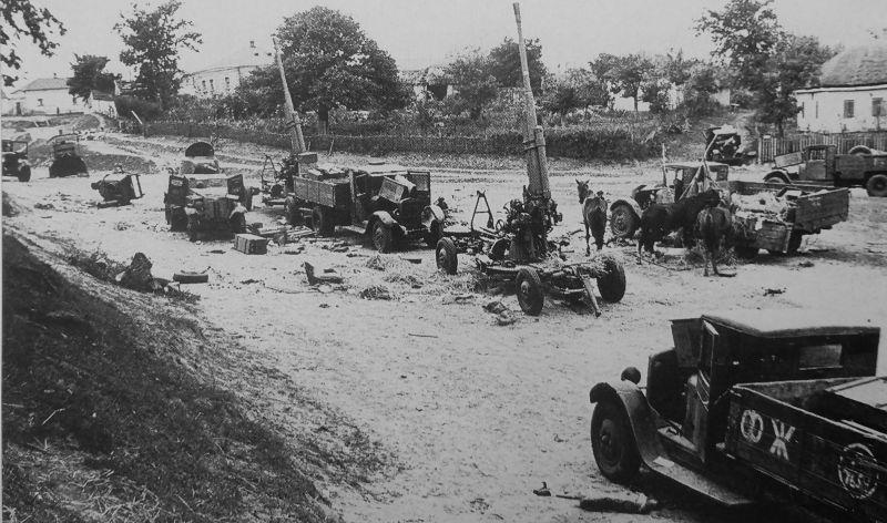 Зенитные 85-мм орудия, брошенные в районе Умани. Украина, Август 1941 г.