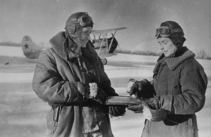 Советские летчики изучают карту у самолета У-2. 1941 г.