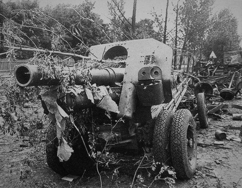 Брошенная 152-мм гаубица образца 1938 года (М-10). Август 1941 г.