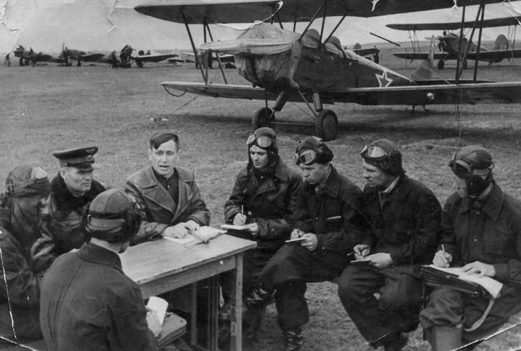 Советские курсанты слушают инструктора у учебно-тренировочного самолета У-2. 1941 г.