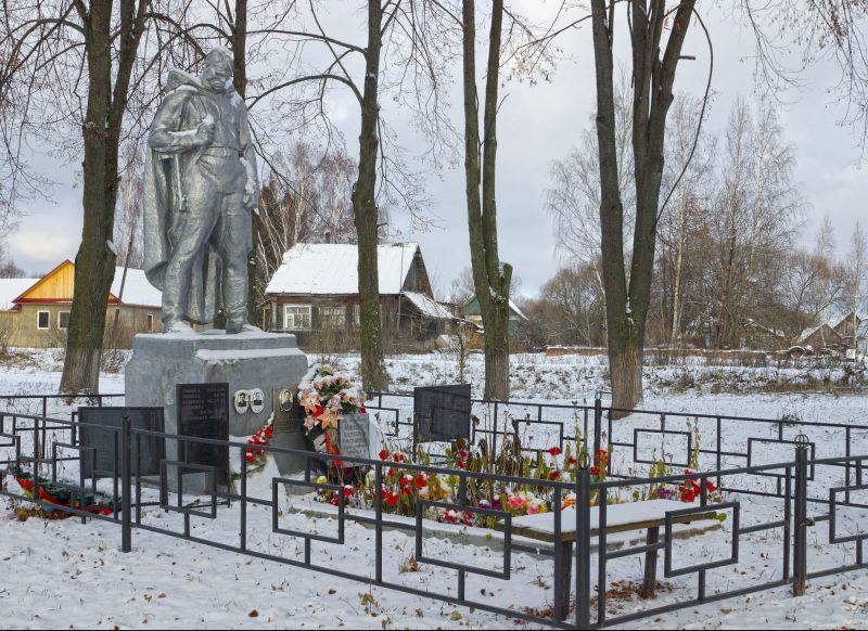 д. Ощурково Зубцовского р-на. Памятник, установленный на братской могиле советских воинов.