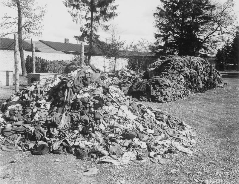 Горы одежды заключенных, оставшейся после сжигания тел узников.