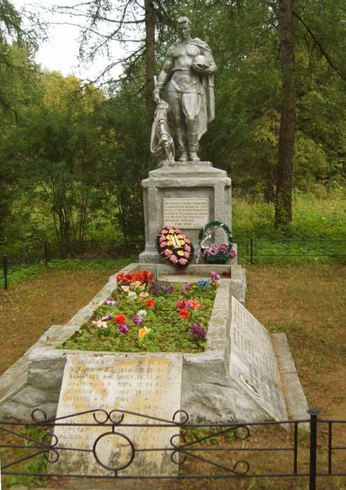 д. Братково Старицкого р-на. Памятник, установленный на братской могиле советских воинов.