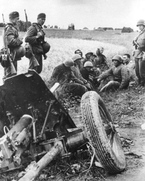 Пленные красноармейцы у советской 45-мм противотанковой пушки 53-К. Август 1941 г.