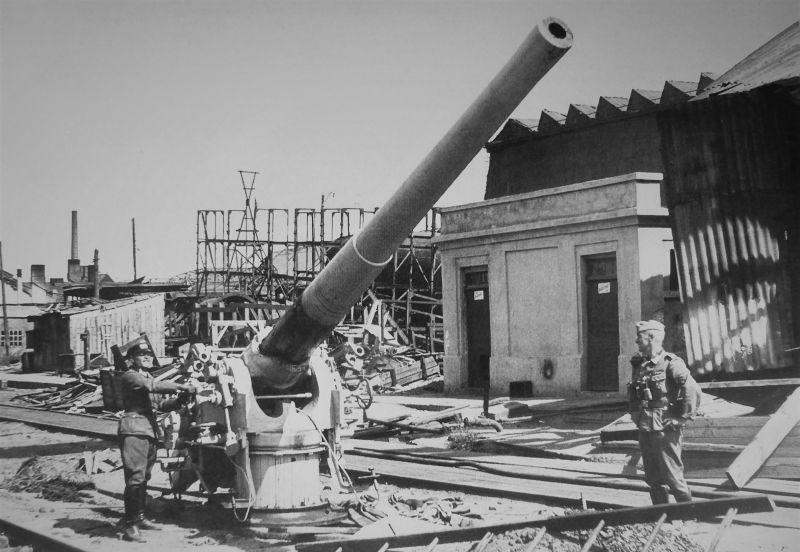 Немцы у советской 130/55-мм корабельной пушки, захваченной в порту Николаева. Сентябрь 1941 г.