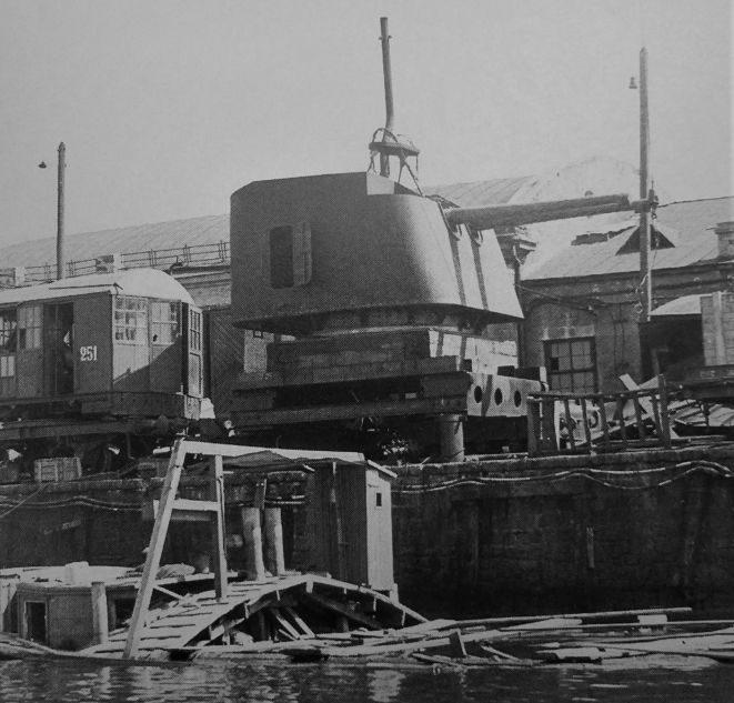 Двухорудийная палубно-башенная артиллерийская установка калибра 130-мм (Б-2ЛМ), захваченная немецкими войсками в порту Николаева. Сентябрь 1941 г.