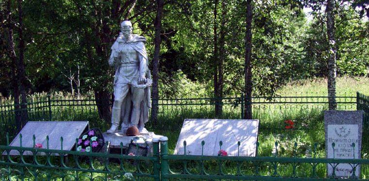 д. Денесиха Старицкого р-на. Памятник, установленный на братской могиле советских воинов.