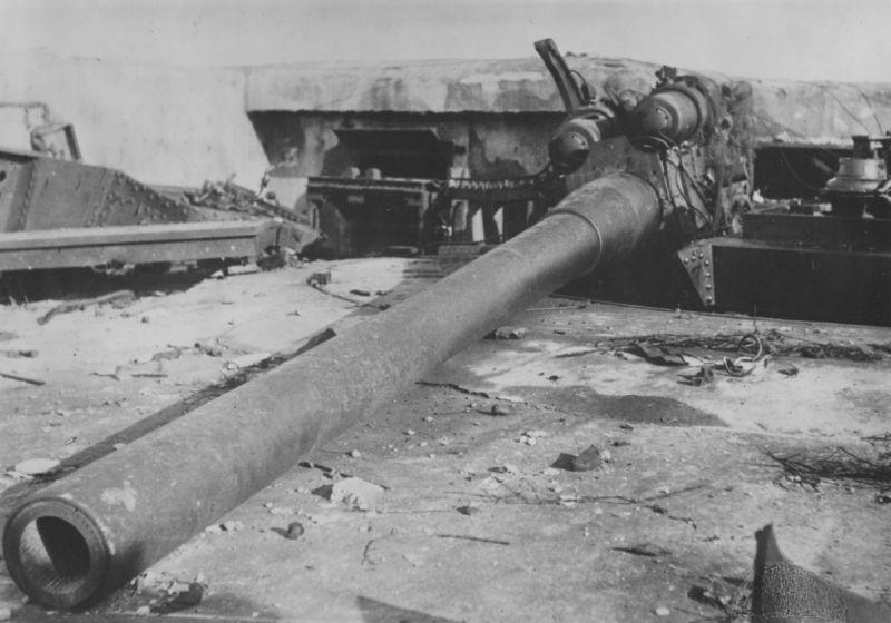 Разбитое 180-мм орудие 412-й батареи береговой обороны Одесской военно-морской базы. Октябрь 1941 г.
