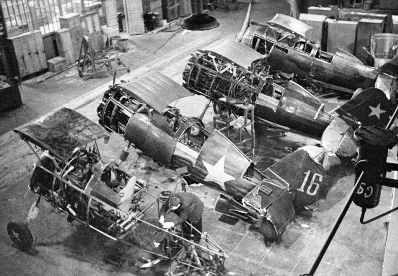 Ремонт истребителей И-15бис на московском заводе. 1941 г.