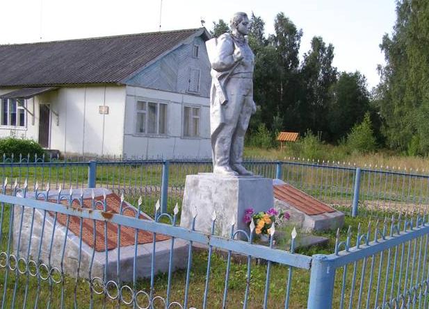 д. Обросово Молоковского р-на. Памятник погибшим землякам, установленный в 1971 году.