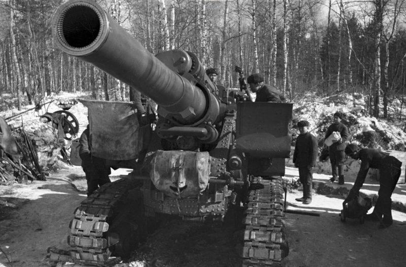 Расчет 152-мм пушки образца 1935 года (Бр-2) на подступах к Москве. Октябрь 1941 г.