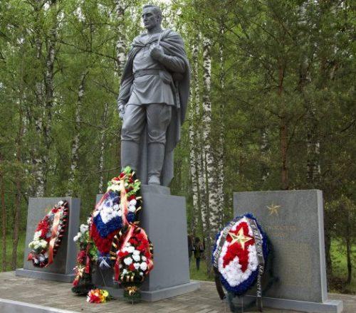 д. Кокошкино Ржевского р-на. Памятник, установленный на братской могиле, в которой похоронено останки 36 советских воинов.