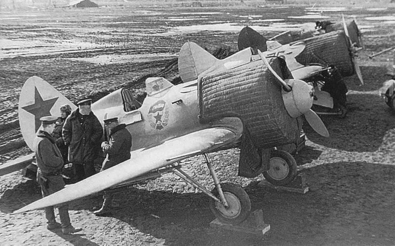 Истребители И-16 4-го гиап ВВС БФ на аэродроме Новая Ладогa. 1941 г.