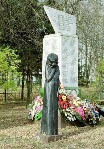 Скорбящая мать на мемориале.