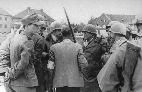 Эсэсовцы во время капитуляции генералу Хеннингу Линдену.
