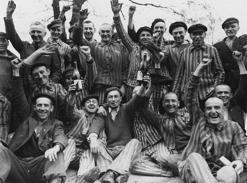 Польские военнопленные в Дахау приветствуют освободителей.