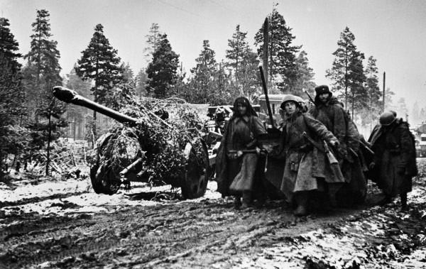 Перевозка замаскированной пушки Ф-22. Ленинградский фронт, ноябрь 1941 г.