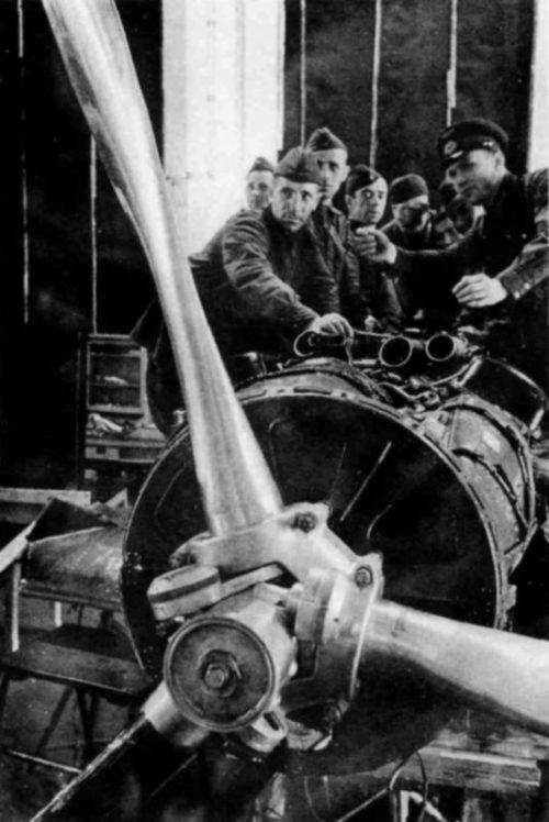 Пилоты изучают двигатель AM-35A истребителя МиГ-3 на заводе №1 в Москве. Весна 1941 г.