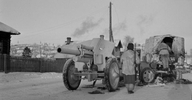 Финны у брошенного советского тягача с 122-мм гаубицей М-30 в Медвежьегорске. Декабрь 1941 г.