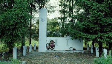 с. Красное Старицкого р-на. Памятник, установленный на братской могиле советских воинов.
