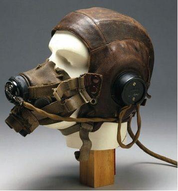 Кожаные шлемофоны типа С оснащенные наушниками и кислородной маской.