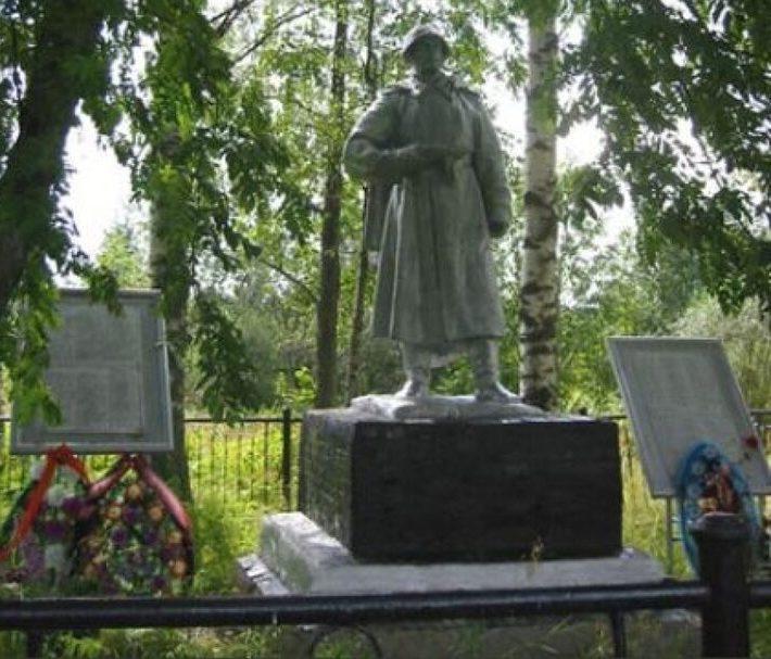 д. Власово Нелидовского городского округа. Памятник, установленный на братской могиле, в которой похоронены советские воины.