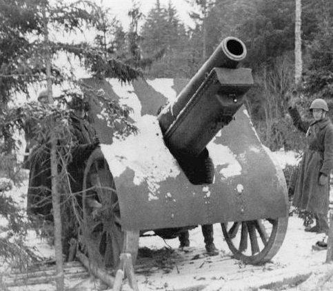 152-мм гаубица образца 1909/30 года ведет огонь. Декабрь 1941 г.