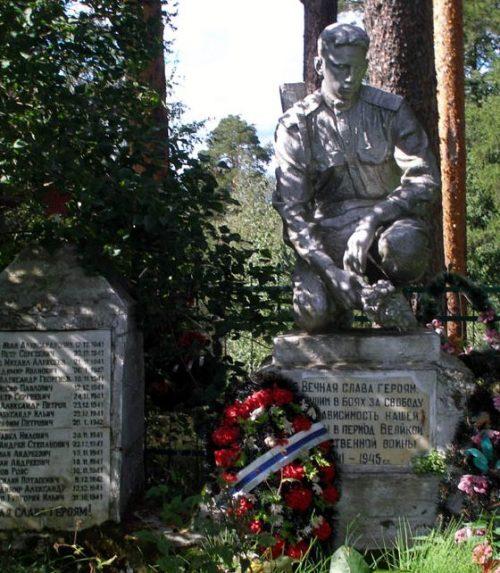 д. Курово-Покровское Старицкого р-на. Памятник, установленный на братской могиле советских воинов.