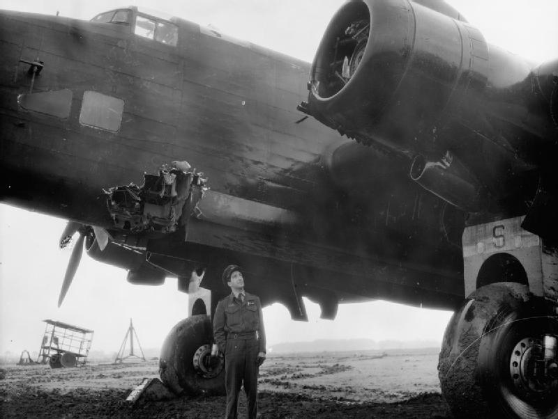 Возвратившийся поврежденный самолет после бомбардировки Дуйсбурга. 15 октября 1944 г.