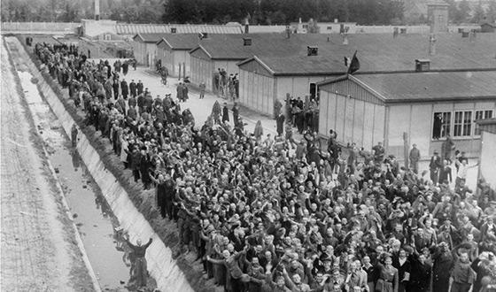 Заключенные приветствуют своих освободителей.