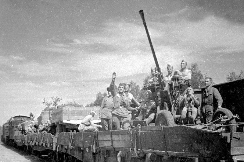 Расчет 37-мм автоматической зенитной пушки образца 1939 года (61-К) в составе войскового эшелона. 1941 г.