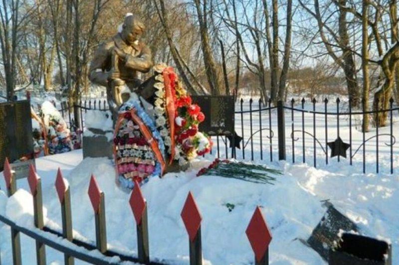 с. Медведево Ржевского р-на. Памятник, установленный на братской могиле советских воинов.