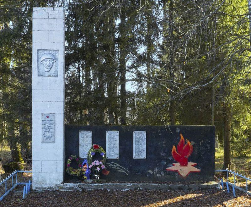 д. Максимово Старицкого р-на. Памятник, установленный на братской могиле советских воинов.