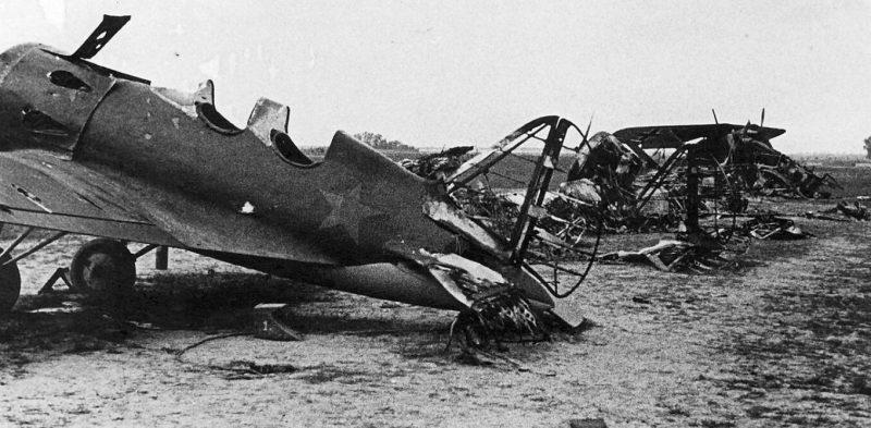 Советский аэродром после немецкого налета. Июнь 1941 г.