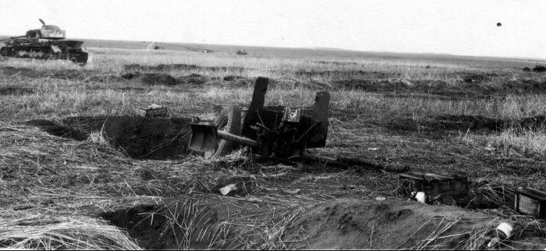 Разбитое на боевой позиции советское 45-мм противотанковое орудие 53-К. 1941 г.