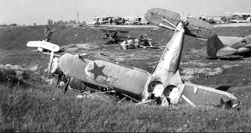 Разбитые советские самолеты на аэродроме Минска. Июнь 1941 г.