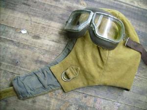 Брезентовый шлем парашютиста с очками.