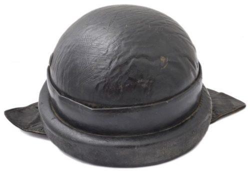 Шлемы моторизированных частей NSKK (Nazional-Sozialistischer-Kraftfahr-Korps - национал-социалистический моторизированный корпус). Шлем пробковый, обтянут черной кожей, с назатыльником.
