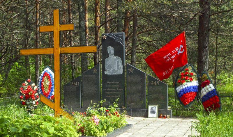 Калининский р-н. Памятник на месте сожженной деревни Дудорово.