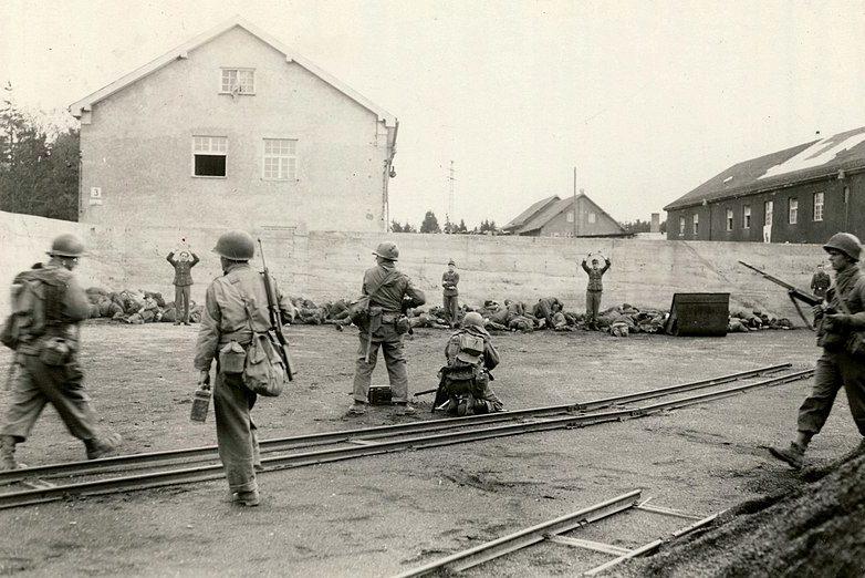 Расстрел немецкой охраны у стены блока «С».