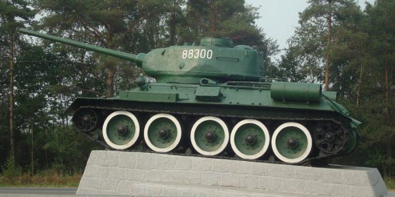 Калининский р-н. Петербуржское шоссе. Памятник-Танк Т-34.