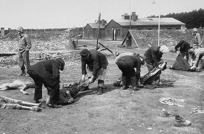 Немецкие мирные жители хоронят погибших узников Кауферинга IV под присмотром американцев.